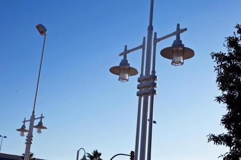 Las farolas del paseo marítimo se sustituirán por otras con aerogeneradores.   J. Domínguez