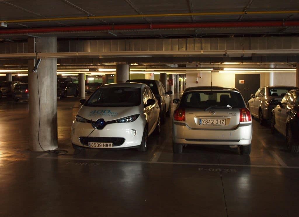 Coche eléctrico aparcado
