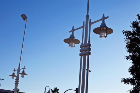 Las farolas del paseo marítimo se sustituirán por otras con aerogeneradores. | J. Domínguez