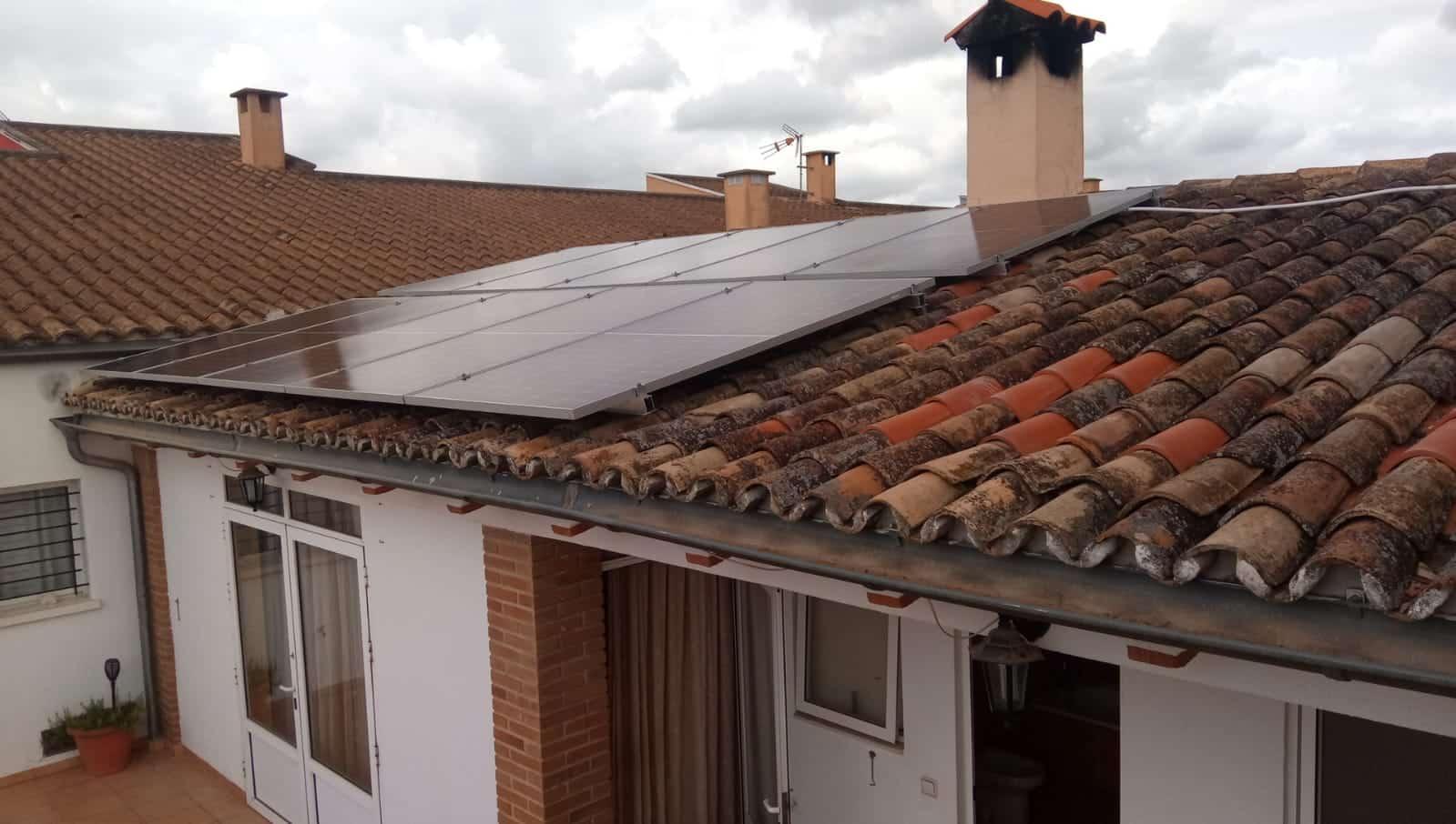 Placas solares adosadas en vivienda